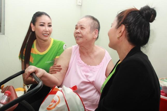 Hoa hậu Hà Kiều Anh, NSND Kim Xuân cùng các nghệ sĩ chăm lo các cụ già neo đơn ảnh 8