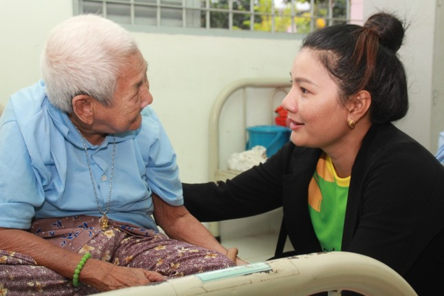 Hoa hậu Hà Kiều Anh, NSND Kim Xuân cùng các nghệ sĩ chăm lo các cụ già neo đơn ảnh 9