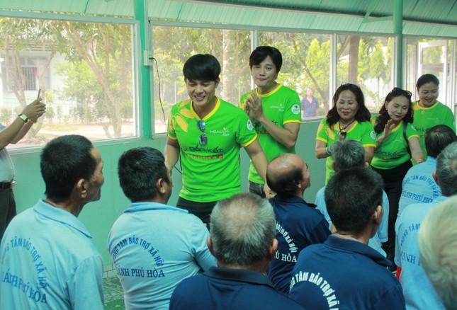 Hoa hậu Hà Kiều Anh, NSND Kim Xuân cùng các nghệ sĩ chăm lo các cụ già neo đơn ảnh 16