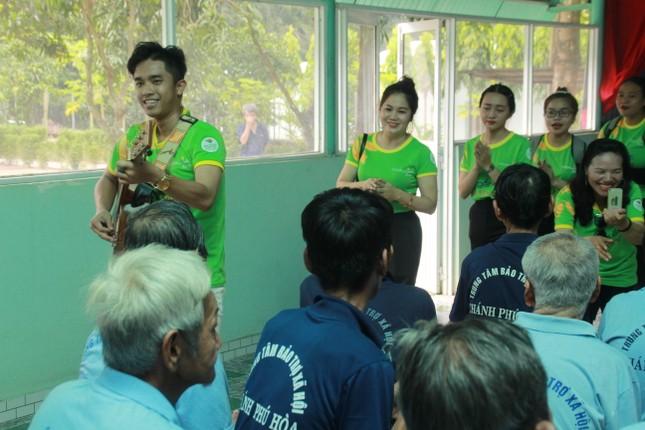 Hoa hậu Hà Kiều Anh, NSND Kim Xuân cùng các nghệ sĩ chăm lo các cụ già neo đơn ảnh 17