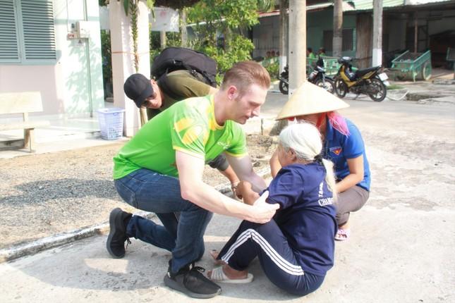 Hoa hậu Hà Kiều Anh, NSND Kim Xuân cùng các nghệ sĩ chăm lo các cụ già neo đơn ảnh 15