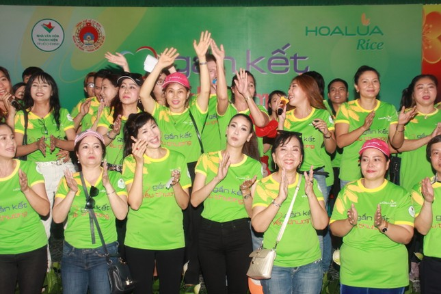 Hoa hậu Hà Kiều Anh, NSND Kim Xuân cùng các nghệ sĩ chăm lo các cụ già neo đơn ảnh 19