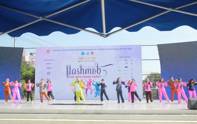 Bạn trẻ sôi nổi nhảy flashmob, ca hát, thi tài robot... ở ngày hội Tân sinh viên ảnh 2