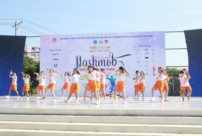 Bạn trẻ sôi nổi nhảy flashmob, ca hát, thi tài robot... ở ngày hội Tân sinh viên ảnh 1