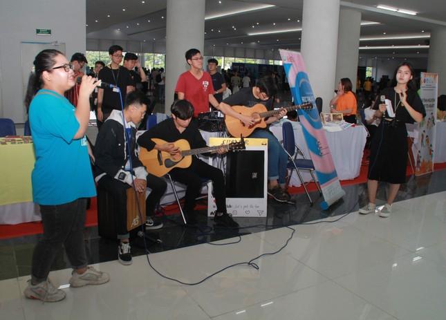 Bạn trẻ sôi nổi nhảy flashmob, ca hát, thi tài robot... ở ngày hội Tân sinh viên ảnh 4