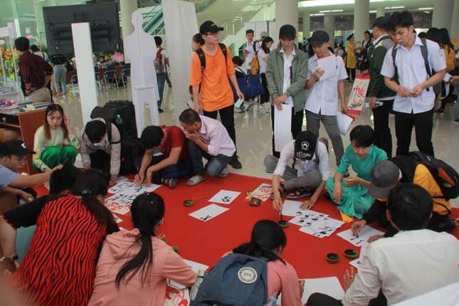 Bạn trẻ sôi nổi nhảy flashmob, ca hát, thi tài robot... ở ngày hội Tân sinh viên ảnh 5