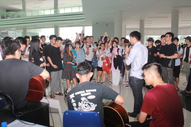 Bạn trẻ sôi nổi nhảy flashmob, ca hát, thi tài robot... ở ngày hội Tân sinh viên ảnh 3