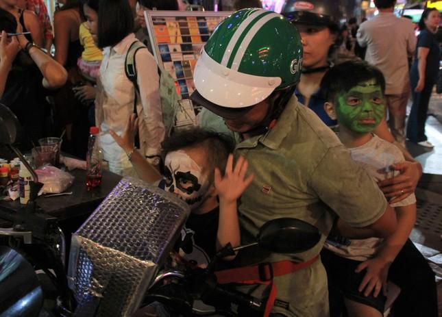 """Muôn kiểu hóa trang """"hết hồn"""" đổ về phố Bùi Viện chơi hội Halloween ảnh 5"""