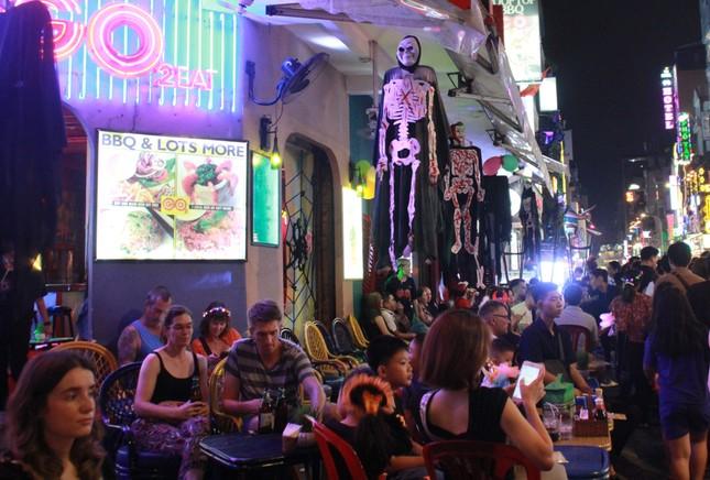 """Muôn kiểu hóa trang """"hết hồn"""" đổ về phố Bùi Viện chơi hội Halloween ảnh 7"""