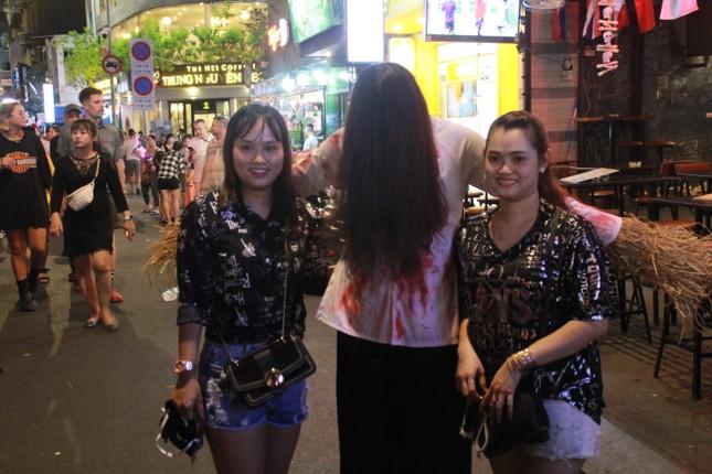 """Muôn kiểu hóa trang """"hết hồn"""" đổ về phố Bùi Viện chơi hội Halloween ảnh 12"""