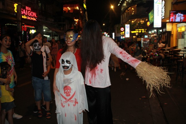 """Muôn kiểu hóa trang """"hết hồn"""" đổ về phố Bùi Viện chơi hội Halloween ảnh 13"""
