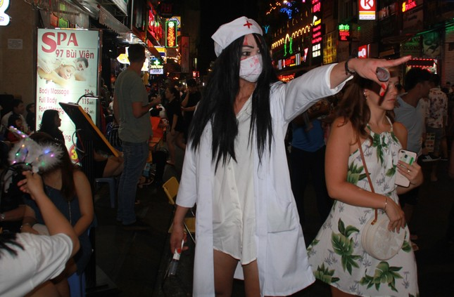 """Muôn kiểu hóa trang """"hết hồn"""" đổ về phố Bùi Viện chơi hội Halloween ảnh 14"""