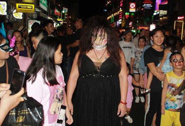 """Muôn kiểu hóa trang """"hết hồn"""" đổ về phố Bùi Viện chơi hội Halloween ảnh 19"""