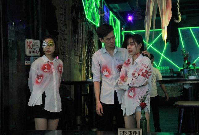 """Muôn kiểu hóa trang """"hết hồn"""" đổ về phố Bùi Viện chơi hội Halloween ảnh 10"""