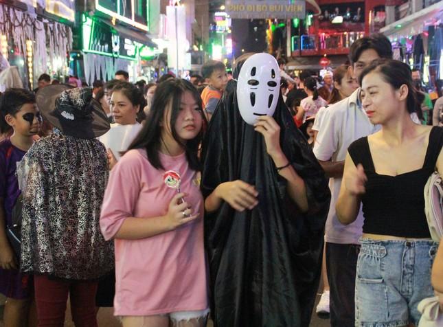 """Muôn kiểu hóa trang """"hết hồn"""" đổ về phố Bùi Viện chơi hội Halloween ảnh 23"""