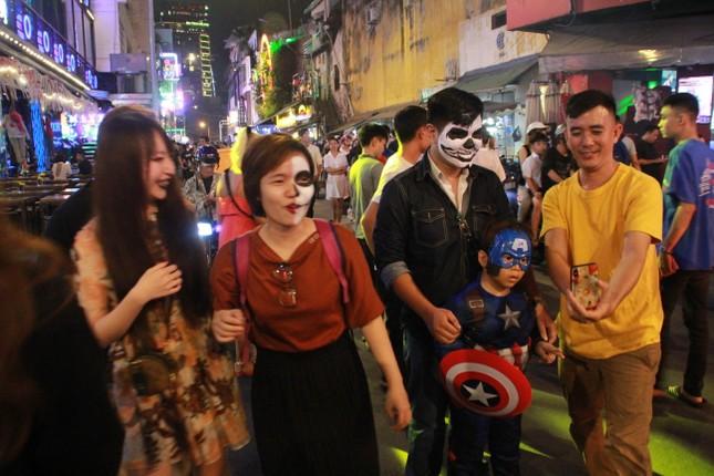 """Muôn kiểu hóa trang """"hết hồn"""" đổ về phố Bùi Viện chơi hội Halloween ảnh 16"""