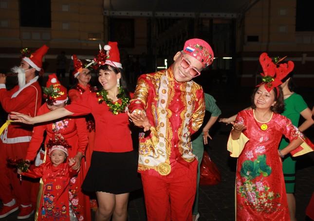 MC Thanh Bạch nhảy múa Giáng sinh tưng bừng, gây 'náo loạn' đường phố ảnh 6