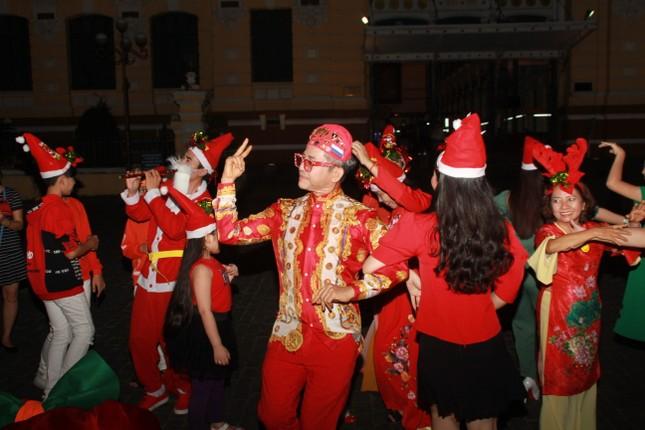 MC Thanh Bạch nhảy múa Giáng sinh tưng bừng, gây 'náo loạn' đường phố ảnh 3