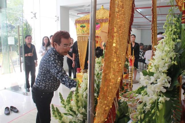 Hồng Tơ, Tấn Beo cùng nhiều đồng nghiệp, bạn hữu đến viếng cố NSƯT Chánh Tín ảnh 9
