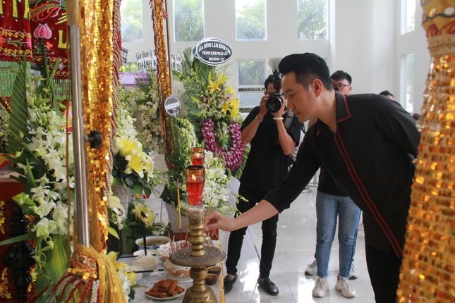 Hồng Tơ, Tấn Beo cùng nhiều đồng nghiệp, bạn hữu đến viếng cố NSƯT Chánh Tín ảnh 6