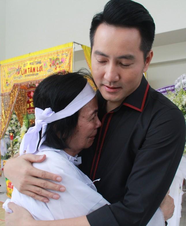 Hồng Tơ, Tấn Beo cùng nhiều đồng nghiệp, bạn hữu đến viếng cố NSƯT Chánh Tín ảnh 7