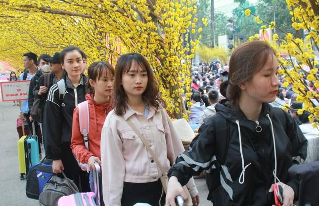 2.500 sinh viên TPHCM lên 'Chuyến xe mùa xuân' về quê đón Tết ảnh 8