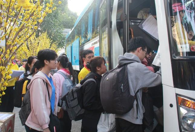 2.500 sinh viên TPHCM lên 'Chuyến xe mùa xuân' về quê đón Tết ảnh 10