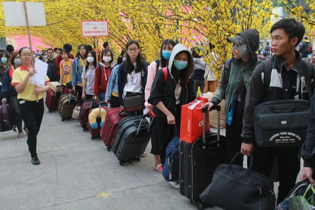 2.500 sinh viên TPHCM lên 'Chuyến xe mùa xuân' về quê đón Tết ảnh 12