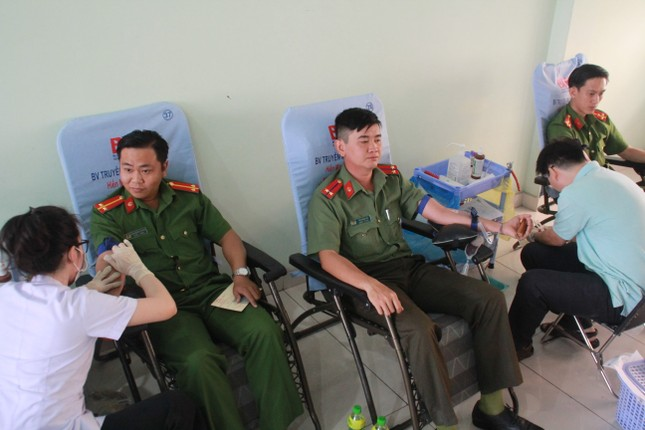 Gần 500 cán bộ, chiến sỹ Công an hiến máu tình nguyện ngày giáp Tết ảnh 4