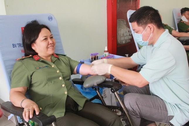 Gần 500 cán bộ, chiến sỹ Công an hiến máu tình nguyện ngày giáp Tết ảnh 8