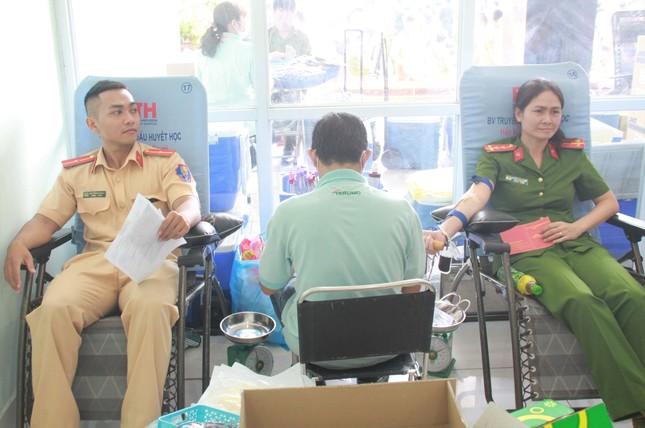Gần 500 cán bộ, chiến sỹ Công an hiến máu tình nguyện ngày giáp Tết ảnh 9