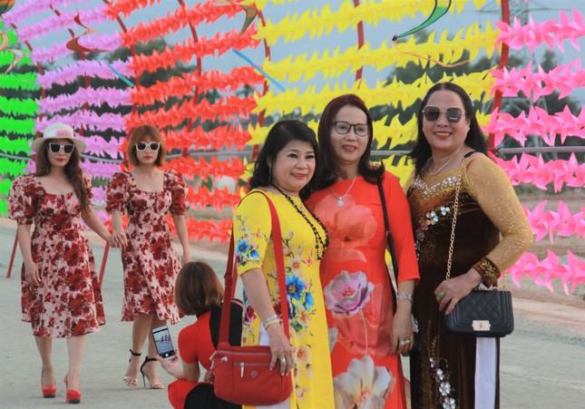 Vườn hoa hướng dương 'khổng lồ' ở Quảng Ngãi hút khách ngày cận Tết ảnh 24