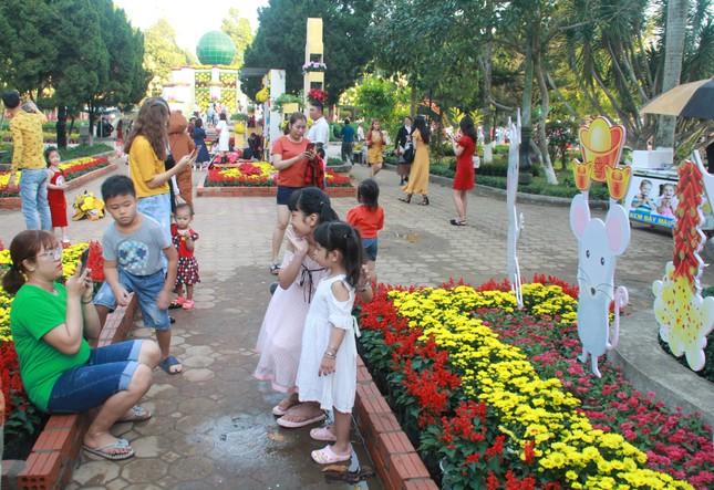Người dân Quảng Ngãi rộn ràng 'check-in' với gia đình chuột ở công viên Ba Tơ ảnh 8