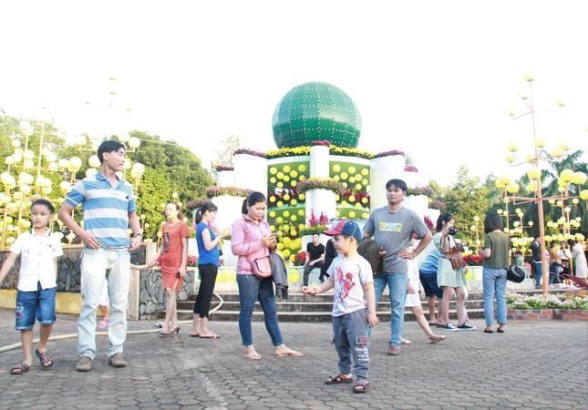 Người dân Quảng Ngãi rộn ràng 'check-in' với gia đình chuột ở công viên Ba Tơ ảnh 11