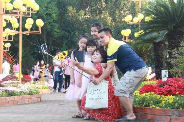 Người dân Quảng Ngãi rộn ràng 'check-in' với gia đình chuột ở công viên Ba Tơ ảnh 14
