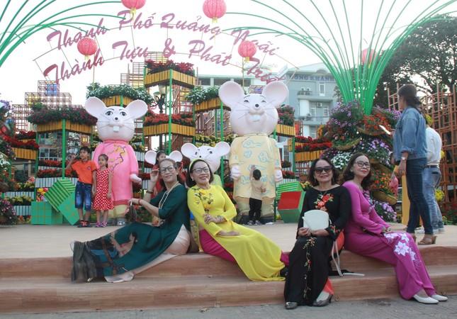 Người dân Quảng Ngãi rộn ràng 'check-in' với gia đình chuột ở công viên Ba Tơ ảnh 6