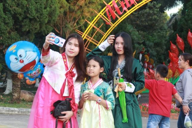 Người dân Quảng Ngãi rộn ràng 'check-in' với gia đình chuột ở công viên Ba Tơ ảnh 19
