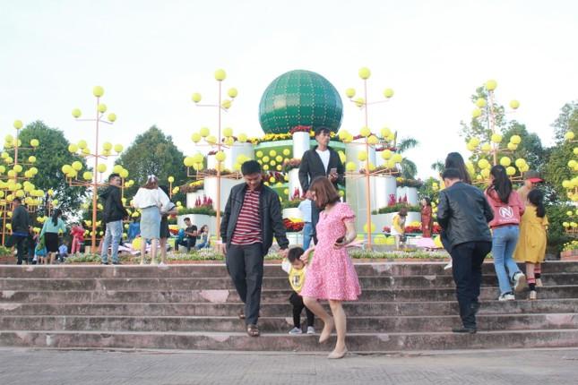 Người dân Quảng Ngãi rộn ràng 'check-in' với gia đình chuột ở công viên Ba Tơ ảnh 13