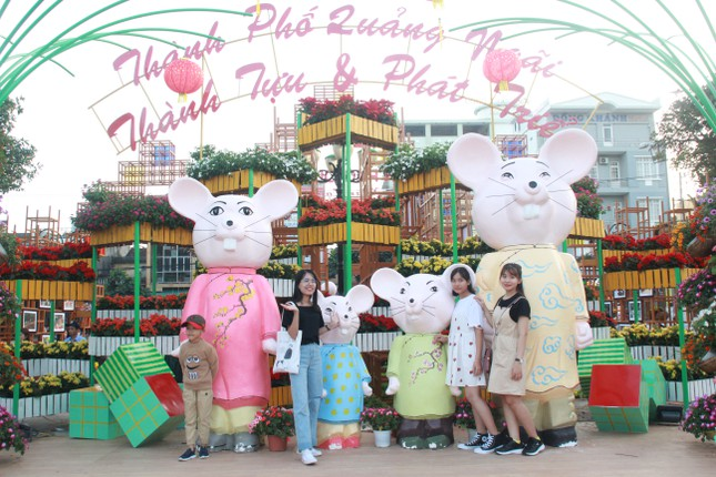 Người dân Quảng Ngãi rộn ràng 'check-in' với gia đình chuột ở công viên Ba Tơ ảnh 7