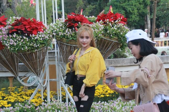 Người dân Quảng Ngãi rộn ràng 'check-in' với gia đình chuột ở công viên Ba Tơ ảnh 17