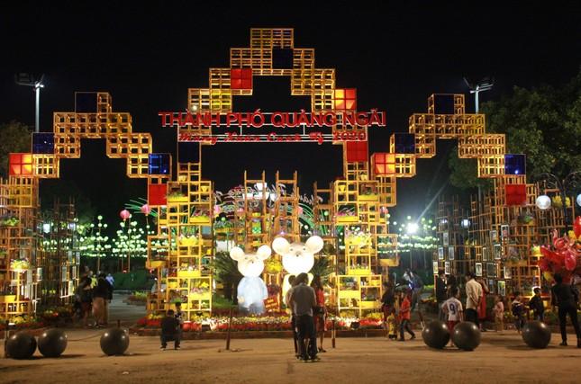 Người dân Quảng Ngãi rộn ràng 'check-in' với gia đình chuột ở công viên Ba Tơ ảnh 2