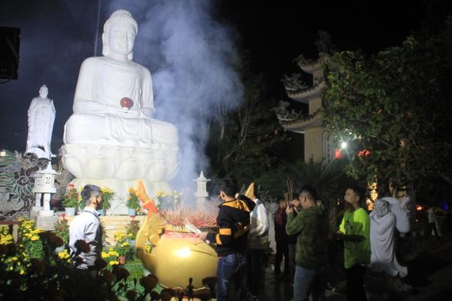 Vừa hết pháo hoa, bạn trẻ rủ nhau về chùa cầu phúc, hái lộc đầu năm mới Canh Tý ảnh 2