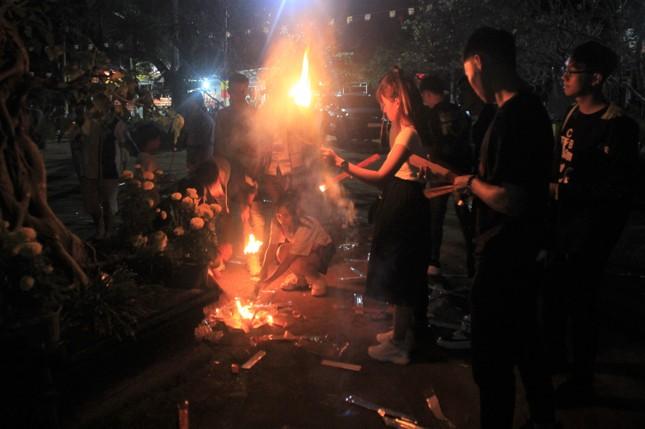 Vừa hết pháo hoa, bạn trẻ rủ nhau về chùa cầu phúc, hái lộc đầu năm mới Canh Tý ảnh 4