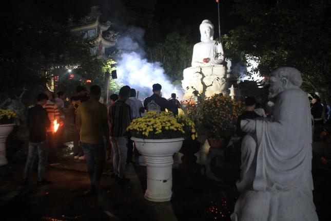 Vừa hết pháo hoa, bạn trẻ rủ nhau về chùa cầu phúc, hái lộc đầu năm mới Canh Tý ảnh 1