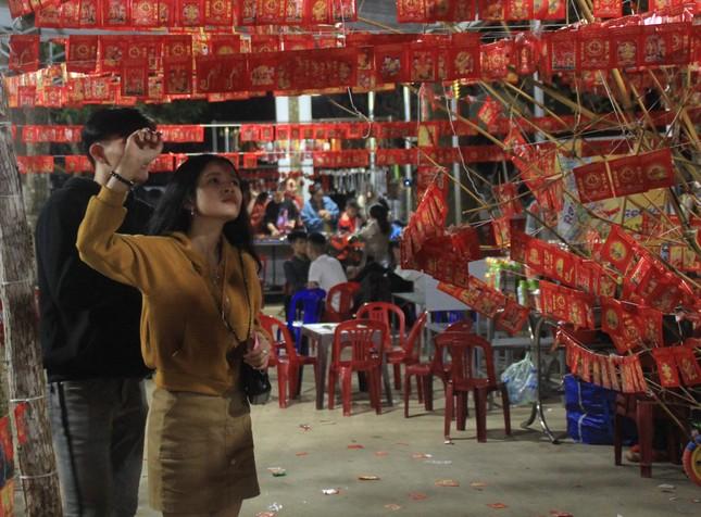 Vừa hết pháo hoa, bạn trẻ rủ nhau về chùa cầu phúc, hái lộc đầu năm mới Canh Tý ảnh 7