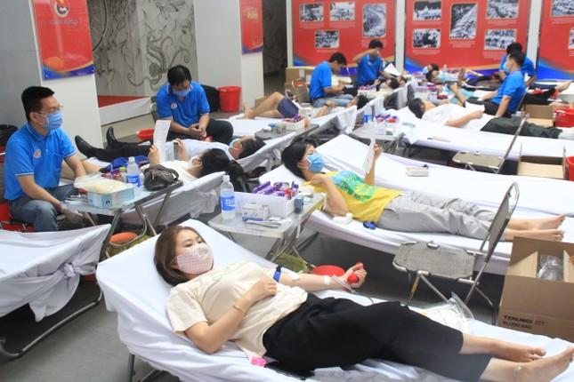 Trương Quỳnh Anh, Hồ Đức Vĩnh cùng đông đảo bạn trẻ hiến máu ảnh 2