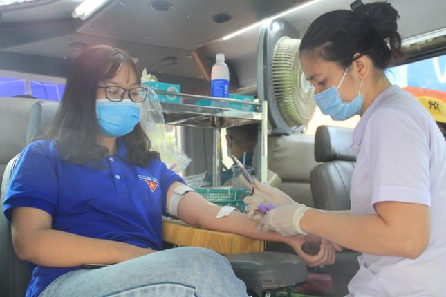 Trương Quỳnh Anh, Hồ Đức Vĩnh cùng đông đảo bạn trẻ hiến máu ảnh 5