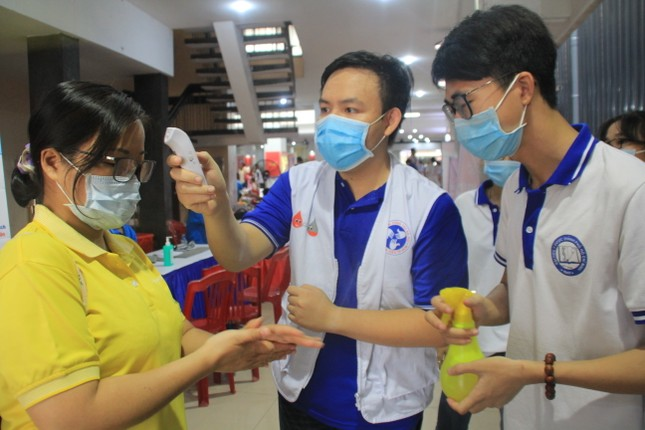 Trương Quỳnh Anh, Hồ Đức Vĩnh cùng đông đảo bạn trẻ hiến máu ảnh 8