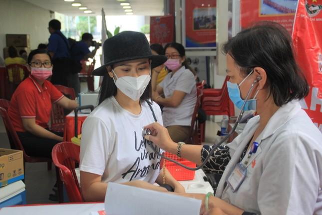Trương Quỳnh Anh, Hồ Đức Vĩnh cùng đông đảo bạn trẻ hiến máu ảnh 9