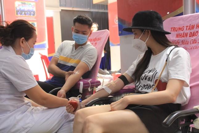 Trương Quỳnh Anh, Hồ Đức Vĩnh cùng đông đảo bạn trẻ hiến máu ảnh 1